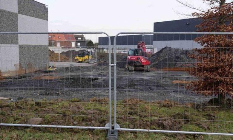 Photo of byggepladshegn der er svært og trænge igennem